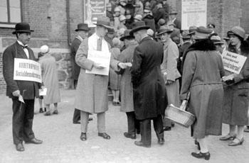 1928 election, party workers handing out ballot papers outside a polling station in Göteborg