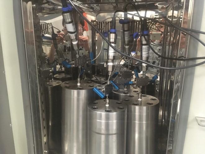 Hydrogen, reaction vessels, geochemistry, batch reactions