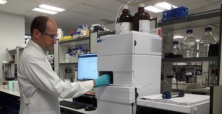 Image of Marc Vendrell working in the lab