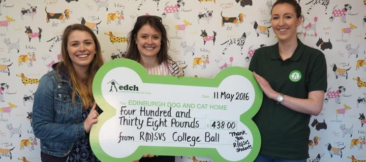 Vet students with the cheque for Edinburgh Dog and Cat Home