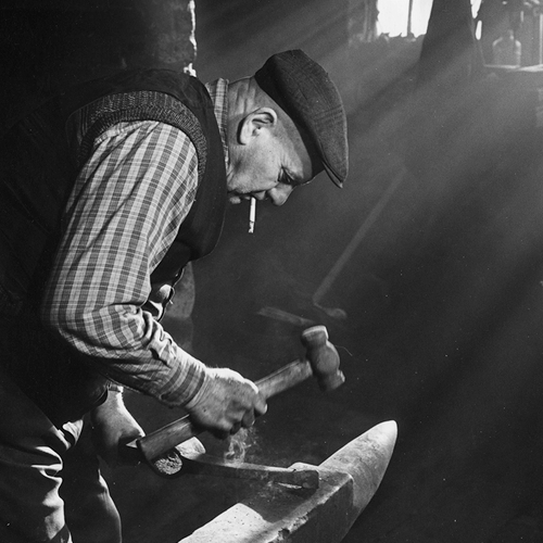 Kit Sked, Blacksmith, Cousland Smithy, Dalkeith, 1987. Photo by Ian MacKenzie