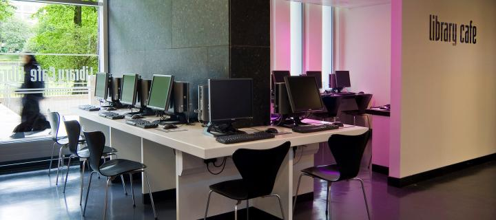 Photo of empty computer lab in the University library cafe