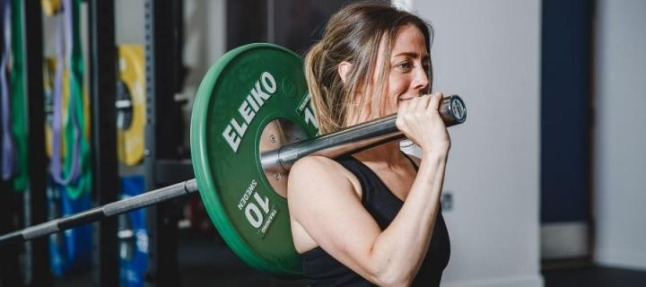 Lady in Eleiko Gym lifting weights